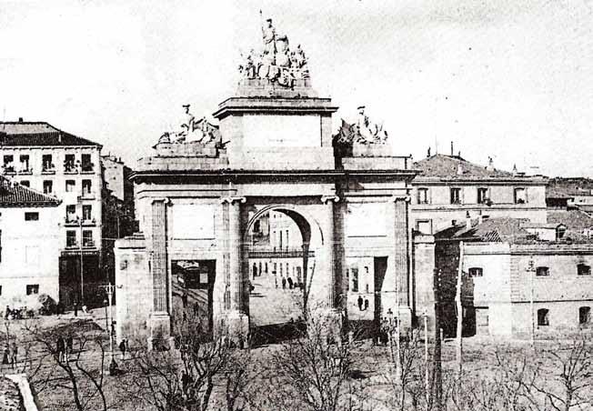 Puerta de Toledo, fotografiada desde el paseo de los Hilos
