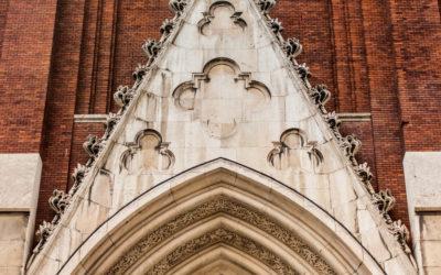 El relieve de Aniceto Marinas en la portada de la iglesia de Santa Cruz